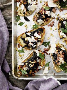 4 dl puhdistettuja, viipaloituja suppilovahveroita tai mustia torvisieniä 2 valkosipulinkynttä 80 g pancettaa 3 rkl oliiviöljyä muutama oksa timjamia (sormi)suolaa, mustapippuria myllystä 2 dl parmesaanilastuja 8 pientä tai 4 reilua viipaletta maalaisleipää  Puhdista sienet ja leikkaa ne tarvittaessa pienemmiksi paloiksi.
