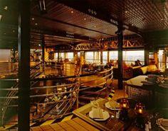 Restaurant Le Jules Verne. Un ristorante di 120 coperti, adagiato a 125 m di altezza.