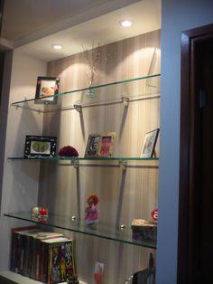 estante para um corredor:  fundo papel de parede, com projeto iluminação