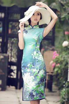 China -中国のwedding dress- 中国の花嫁さんのドレスといえば、細見のラインで、スリットから足を大胆に魅せるチャイナドレス♡