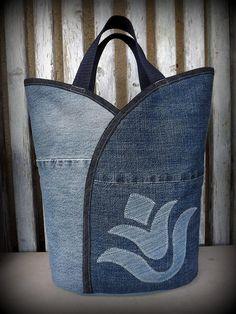 Az egyik legnépszerűbb termékem ezentúl farmerból is! Másik Meska boltom, az ediholmi kínálatában megtalálható tulipános táskák vagány verziója! Tulipán fazonú, pakolós, bevásárló táska, nem csak bevásárláshoz. Strapabíró, vagány bevásárló szatyira vágysz? Íme egy tökéletes választás! A farmer kortalan, és bármelyik évszakhoz stimmel. Egymással harmonizáló, újrahasznosított farmer nadrág darabok kombinálásával, tulipán minta applikálással. Az alapanyagot szorgos gyűjtőmunka során szerzem…