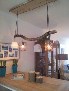 """Lamp """"lang-leve-de-storm"""" Met een tak die we hebben gevonden na een storm, hebben we deze takkenlamp gemaakt. De lampenkapjes zijn bloempotjes."""