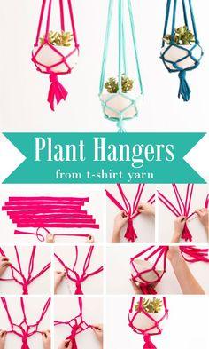 Plant Hangers From T-Shirt Yarn Diy Macrame Wall Hanging, Macrame Plant Hangers, Diy Hanging Planter, Hanging Flower Pots, Crochet Plant Hanger, Tshirt Garn, Diy Hacks, Knitting Yarn, Diy Projects