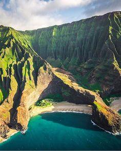 Na'Pali Coast, Kauai, Hawaii •••••••••••••••••••••••••••••••••••••••••••••••• Snapchat : BestVacations •••••••••••••••••••••••••••••••••••••••••••••••• By @dylan.schwartz #BestVacations