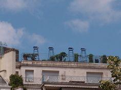 les arbitres : Ces chaises d'arbitres de tennis, postées en terrasse d'un immeuble du bas des Champs. Jamais personne dessus. Il faudrait ne pas être sujet au vertige.  Peut-être que c'est pour ça.    [jeudi 2 août 2012 14:02 Paris près du Rond-Point des Champs-Élysées]  130818 1758 | gilda_f