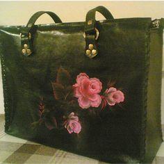 Удобная женская сумка из натуральной кожи с нежным цветком. #женскаясумка #женскаясумкаизкожи #сумкаизнатуральнойкожи #авторскиеженскиесумки #сумкиизкожисрисунком #ручнаяработа #vagramoff