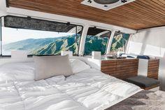 【DIYで作り込み】枕元に大きな腰高窓の並ぶ明るく開放的なベッドルーム