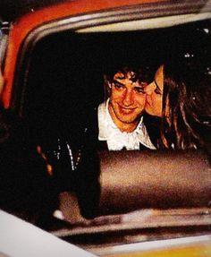"""Te llevo para que me lleves. - [b]""""Es el amor que me lleva y me trae"""", decía un Gustavo Cerati de 33 años en 1993 cuando decidió fijar su residencia en la ciudad de Santiago y dejar la vorágine del ritmo y el rock en Buenos Aires. Para inicios de mayo de ese año, el músico argentino llevaba tres semanas instalado en un departamento junto a la modelo chilena de 22 años Cecilia Amenábar, con quien poco después iba a casarse, a formar su familia y a publicar uno de sus más recordados discos…"""