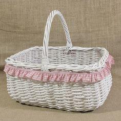 Biały wiklinowy koszyk z różową falbanką