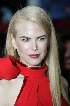 Nicole Kidman's sleek platinum locks, bold brow, and berry lip wowed at the 2007 Oscars
