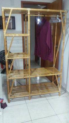 arara bambu - Pesquisa Google Bamboo Furniture, Diy Furniture, Furniture Design, Bamboo Building, Bamboo Construction, Condo Interior, Bamboo House, Bamboo Crafts, Wood Shelves