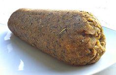 Ingredienti del polpettone di lenticchie per 3-4 persone: 300g di lenticchie cotte  1 patata grande 1 carota grattugiata  1 Cucchiaio di farina di farro  1 cucchiaio di farina di ceci  4 cucchiai di pangrattato  Olio extravergine di oliva  Origano  Sale rosa o integrale Pepe  1 cucchiaino di curry