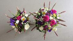 Uformel brudebuket med blomster fra have og grøftekant