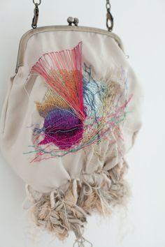 Arimoto Yumiko é japonesa e faz estas peças bordadas maravilhosas. O site está todo em japonês e por isso a informação é indecifrável...