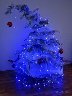 I decided to make a new tree and ended up making a Grinch tree from chicken wire and bits and bobs. The tree stands at over 2 metres and I'm very happy how it turned out