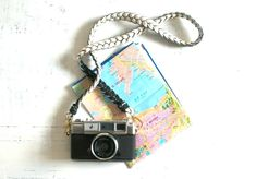 Photographer's Sweet Spot: DIY Camera Straps Diy Camera Slider, Diy Camera Strap, Craft Projects, Projects To Try, Sewing Projects, Weekend Crafts, Gift Tags Printable, Diy Accessories, Camera Accessories