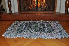Strapatý koberec pestrofarebný
