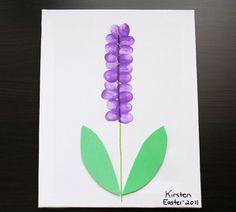 Kinder können mit Fingerabdrücken tolle Blütenblätter gestalten