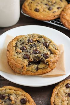 Thick and Chewy Espresso Toffee Chocolate Chip Cookies! Loaded with gooey chocolate chips, toffee bits, and chocolate covered espresso beans, these cookies are so flavorful! Who needs a cup of coffe Chocolate Covered Espresso Beans, Chocolate Toffee, Chewy Chocolate Chip Cookies, Semi Sweet Chocolate Chips, Chocolate Chip Recipes, Toffee Cookies, Cinnamon Cookies, Chocolate Filling, Decadent Chocolate