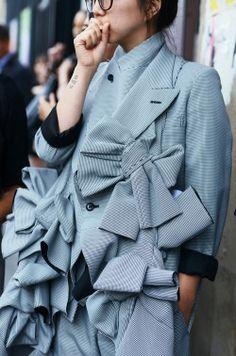 Comme Des Garcons This jacket is darling. Fashion Weeks, 3d Fashion, Fashion Details, High Fashion, Fashion Show, Womens Fashion, Fashion Design, Fashion Trends, Style Fashion