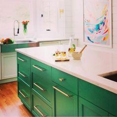 Armários coloridos nos arrancam suspiros!  #decoração #designdeinteriores #inspiraçāo #instadecor #decor #cozinha