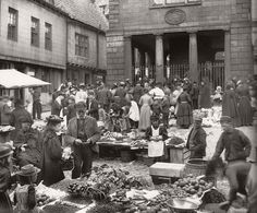 Market place in Whitby with the Town Hall in the background, ca. 1900 vintage everyday: Edwardian Markets – 19 Vintage Photos Show the Trading in the Vintage Pictures, Old Pictures, Old Photos, Time Pictures, Vintage Images, Whitby England, England Uk, Whitby Abbey, Victorian London