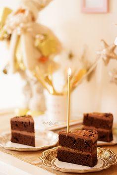 Blogumun ilk naked cake tarifi bol çikolatalı! Benim gibi bir çikolatakoliğe de anca böylesi yakışırdı. :) Fena halde mutluluk yaşatan, çi...