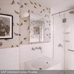 Trotz seiner Größe lässt sich dieses Badezimmer elegant einrichten: Die Tapete mit Vogelmotiv verleiht dem Raum eine beschwingte Helligkeit. Das kubische  …