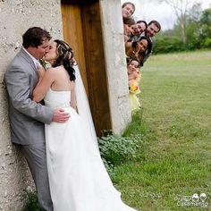 Ótimas ideias para deixar suas fotos com os padrinhos e madrinhas muito mais memoráveis =) #precasamento #sitedecasamento #bride #groom #wedding #instawedding #engaged #love #casamento #noiva #noivo #noivos #luademel #noivado #casamentotop #vestidodenoiva #penteadodenoiva #madrinhadecasamento #pedidodecasamento #chadelingerie #chadecozinha #aneldenoivado #bridestyle #eudissesim #festadecasamento #voucasar #padrinhos #bridezilla #casamento2016 #casamento2017