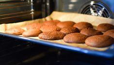 Uunipellin puhdistus onnistuu ilman kemikaaleja. Ammattisiivooja vinkkaa luonnolliset keinot, joilla saat pellit kiiltämään. Almond, Muffin, Cookies, Breakfast, Desserts, Food, Crack Crackers, Morning Coffee, Tailgate Desserts