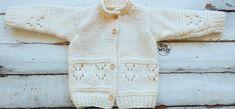 Patrón de jersey abierto con botones, cardigan, saco, o abrigo para niños, tejido en dos agujas o palillos, en dos tallas: de 0 a 3 meses, y de 6 a 12 meses.