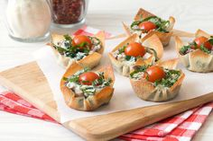 Healthy Muffin-Pan Recipes: White Pizza Wonton Crunchers, Chicken Bruschetta Stuffed Tomatoes | Hungry Girl