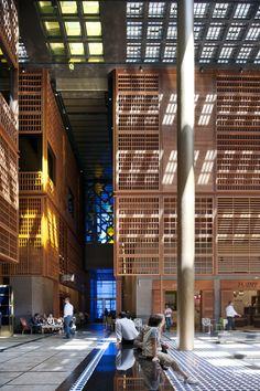 Construido por Foster + Partners en Abu Dhabi, United Arab Emirates con fecha 2014. Imagenes por Nigel Young | Foster + Partners. El Mercado Central de Abu Dhabi es uno de los sitios más antiguos de la ciudad. Inspirado en la arquitectura tradicio...