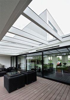 Modern vormgegeven nieuwbouw villa te Bemmel door architect Amsterdam. Veranda met glazen dak.