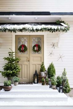 Christmas fun with Isabelle McAllister and Plantagen ‹Danish interior design – Weihnachtsdeko – Decoration Christmas Porch, Christmas Mood, Country Christmas, Outdoor Christmas, Christmas Plants, Scandinavian Christmas Decorations, Xmas Decorations, Holiday Decor, Deco Noel Nature