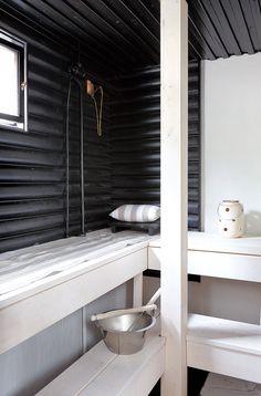 Kellarikerroksessa on puusauna, jonka Tea on kunnostanut sekä alkuperäistä että uutta käyttäen. Valkoiset lauteet olivat olleet Tealla haaveena jo pitkään. Lauteet on käsitelty Tikkurilan valkoisella ja seinien vanhat puuosat mustalla Supi-saunavahalla.