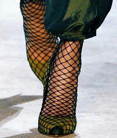Envuelve tus zapatos más sexys con medias de rejilla. Lo máximo! Intimas a79b00205b15