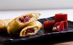 Combinação de queijo e goiabada é perfeita para o harumaki doce Mini Tortillas, Hot Dog Buns, Hot Dogs, Buffet, Bread, Oriental, Delivery, Pastel, Vogue