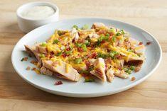 Nos lanières de poitrine de poulet reçoivent un traitement royal: fromage cheddar, miettes de bacon et touche de vinaigrette Campagne classique.