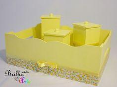 Kit higiene infantil com 4 peças: <br>Indispensável para a hora do banho e da troca de fraldas. Decorado com tecido 100% algodão para garantir a delicadeza de momentos especiais. <br>1 Pote 7C X 7L X 11A <br>1 Pote 7C X 7L X 13A <br>1 Pote 7C X 7L X 15A <br>1 Cesta organizadora - 32C X 24L X 12A
