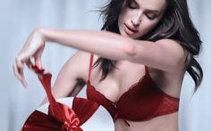 Η Irina Shayk ανοίγει τα χριστουγεννιάτικα δώρα με τα εσώρουχα.