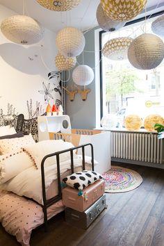 chambre enfant accumulation suspension lampe ballon malle vintage porte manteau renne papier peint jungle safari noir et blanc pantere trompe l oeil bien fait