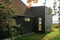 Tilbygg Jar / Landsbyarkitektene Bothy, Outdoor Spaces, Outdoor Decor, House Extensions, Facade Architecture, Green Colors, Villa, Exterior, House Design