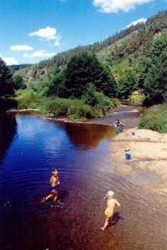 Kindjes in de rivier: Wegens een annulering hebben we een plekje vrij op camping Vaubarlet in Frankrijk voor aankomst 2 augustus voor 1 week. Van 789 euro voor 599 euro! Boek online via www.tendi.nl