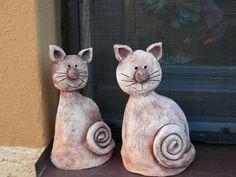 Keramická dílna LUŽANKA - Fotoalbum - KOČKY Love these wonderful, kooky cats. Pottery Animals, Ceramic Animals, Clay Animals, Clay Projects For Kids, Kids Clay, Pottery Sculpture, Sculpture Clay, Ceramic Clay, Ceramic Pottery