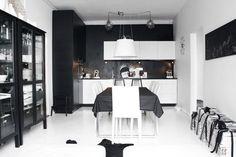 Mustavalkoinen keittiö Living Room Kitchen, Own Home, Dining, Interior, Table, Furniture, Bulbs, Home Decor, Lightbulbs