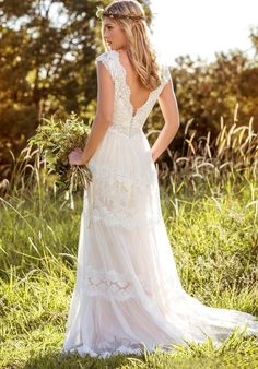 Lazacos Womens V-Neck Lace Applique Tiered Tulle Hi-Lo Beach Wedding Dress