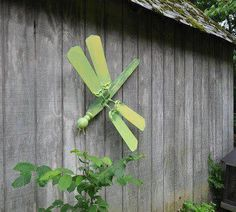 Is this a cute idea or what!! Just some fan blades and a table leg, little paint and you got a cute dragonfly.