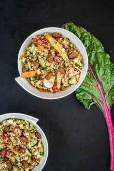 Mangold gehört mit seinen bunten Stielen und den filigran gemusterten Blättern wohl zu den ästhetischten Gemüsesorten des Sommers! Vor allem in roher Form haben die gelben, roten oder pinken Stiele (je nach Sorte) eine wunderschön leuchtende Farbe. Die Blätter werden im heutigen Rezept zu einem würzigen Pesto verarbeitet, die Stiele roh mariniert. Das Ganze passt zu einem sommerlichen Bulgursalat mit buntem Gemüse!