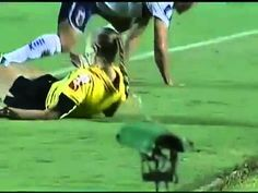 FOOTBALL -  Epic Video - Player Hits Female Referee with the ball ~ Atlético GO x Paraná Clube - http://lefootball.fr/epic-video-player-hits-female-referee-with-the-ball-atletico-go-x-parana-clube/
